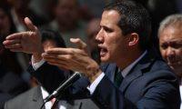 """AME8145. CARACAS (VENEZUELA), 04/02/2019.- El presidente de la Asamblea Nacional, Juan Guaidó (c), quien se proclamó presidente interino de Venezuela hace casi dos semanas, ofrece declaraciones este lunes en Caracas (Venezuela). Guaidó, que el 23 de enero pasado se adjudicó las competencias del Ejecutivo como presidente interino, envió su """"profundo agradecimiento"""" al presidente del Gobierno de España, Pedro Sánchez, y al """"pueblo español"""" por reconocerle. EFE/Cristian Hernández"""