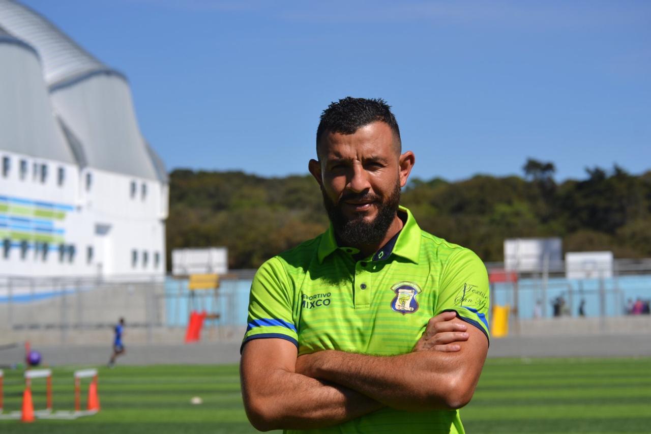 El defensa de Deportivo Mixco Hamilton López se mostró molesto por los peligros que se corren en algunas canchas de la Primera División. (Foto Prensa Libre: Redes)