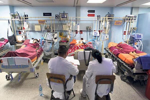 """""""Es un volumen descomunal de pacientes"""": hacinamiento en emergencias llega al límite"""