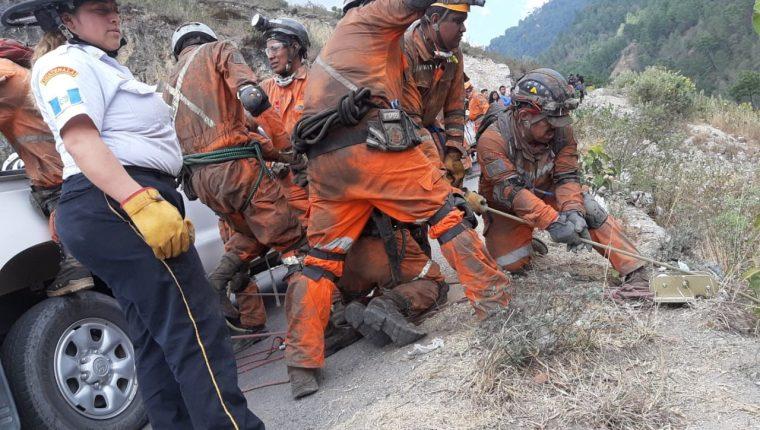 Bomberos Voluntarios rescatan cadáveres en el barranco de Chiantla, Huehuetenango, luego que el vehículo cayera en el barranco. (Foto Prensa Libre: Cortesía)