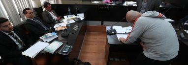 Juan Bautista Rozotto López, alias Juancho, uno de los líderes de Los Huistas , efectúa pruebas de escritura como anticipo de prueba. (Foto Prensa: Carlos Hernández)