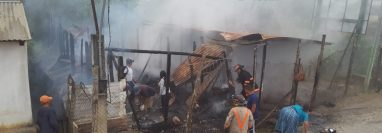 El incendio consumió dos viviendas de madera y lámina en Chicoj, Cobán, Alta Verapaz. (Foto Prensa Libre: Eduardo Sam)