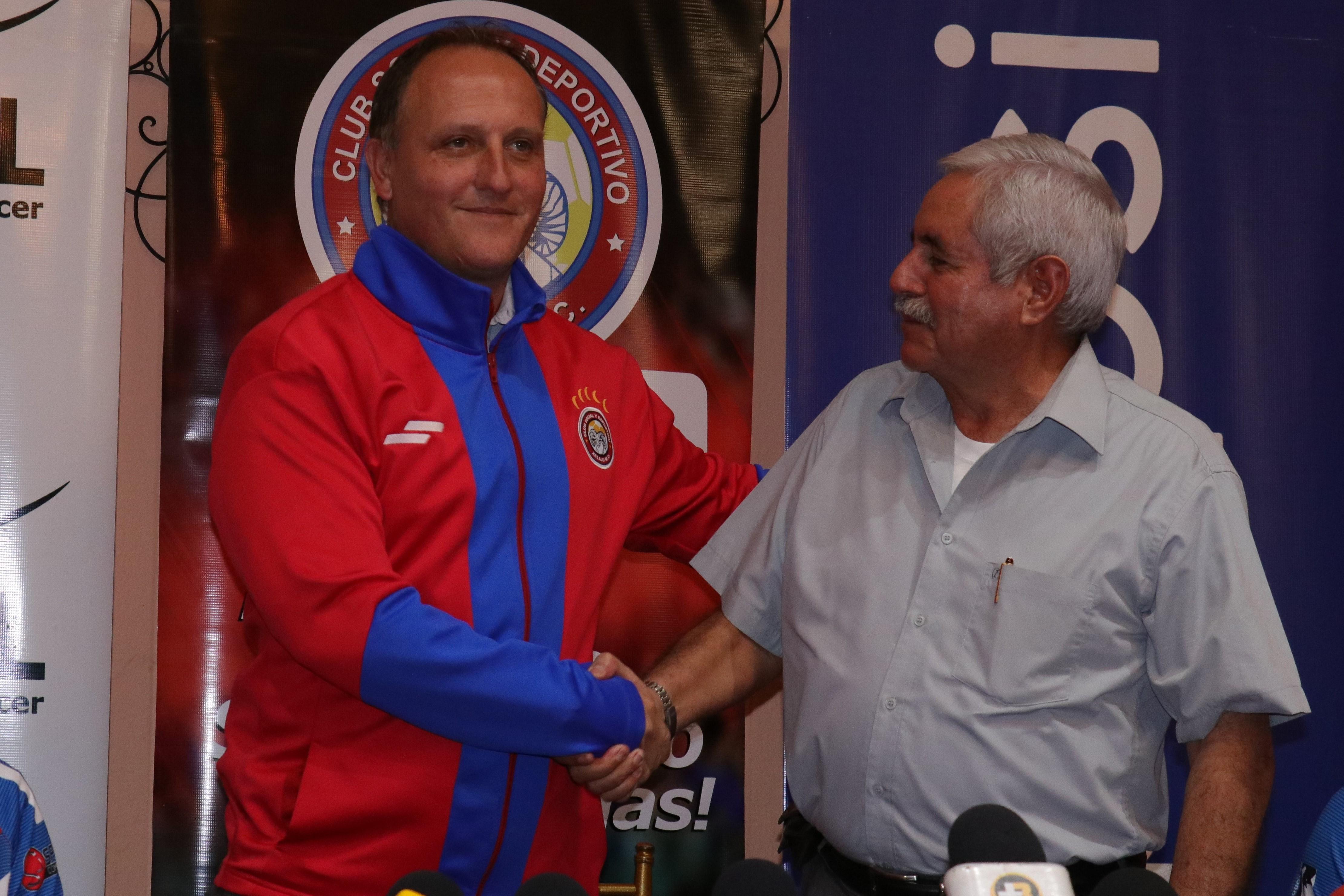 Ramiro Cepeda y Francisco Santos en la presentación del entrenador en junio del 2018. (Foto Prensa Libre: Raúl Juárez)