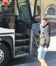 Marco Pappa subió al autobús antes de la salida para alentar a sus compañeros en el importante juego de esta noche. (Foto Prensa Libre: Raúl Juárez)