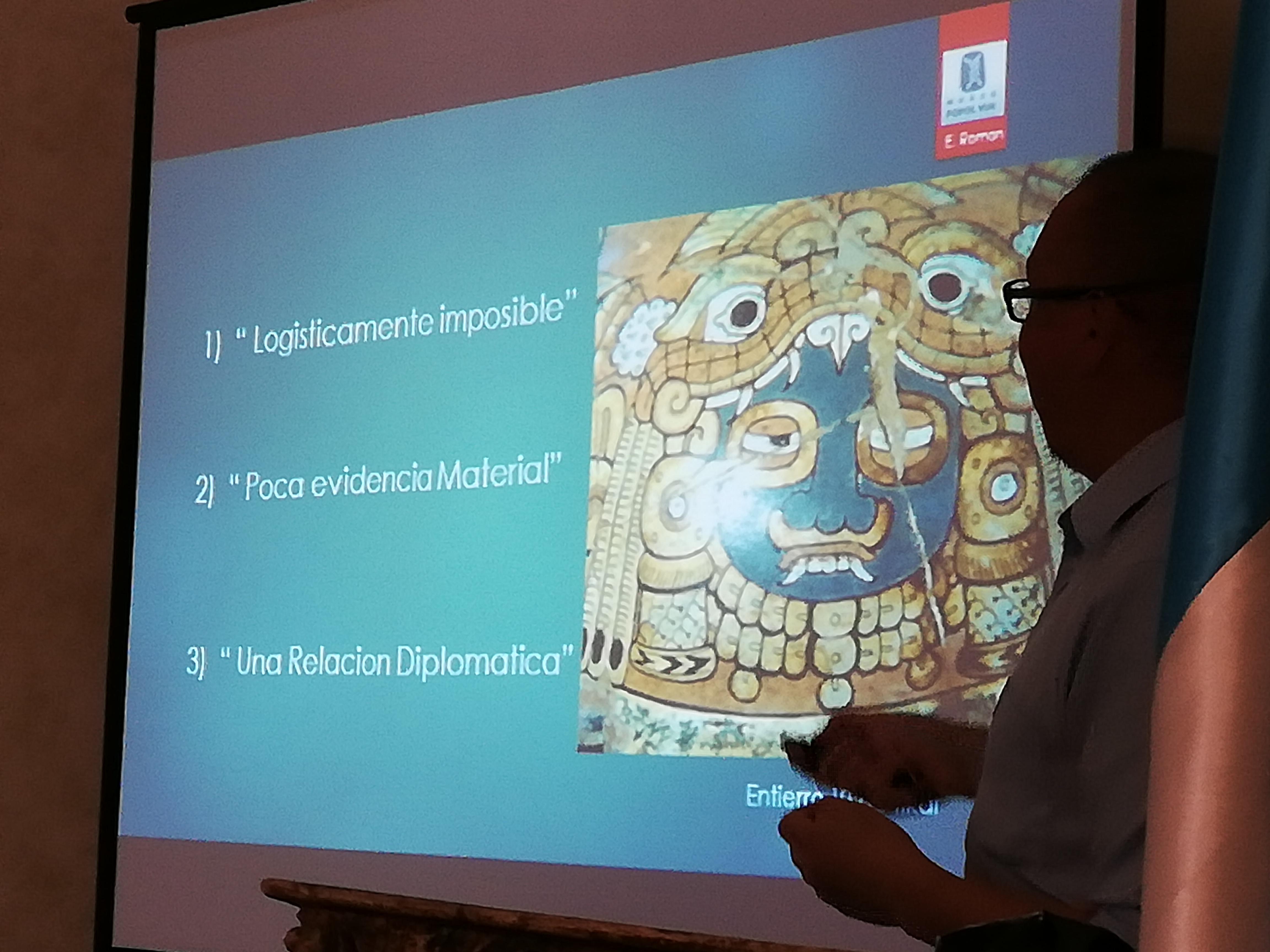 El arqueólogo Edwin Román presenta durante la Convención Mundial de Arqueología Maya (Foto Prensa Libre: Brenda Martínez).
