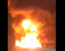 Imagen del incendio del cisterna que volcó en Tamahú. (Foto Prensa Libre).