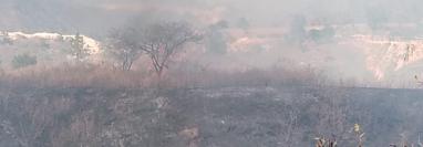 Incendio forestal que se registra en el km 27.5 de la ruta al Atlántico. (Foto Prensa Libre: Conred).
