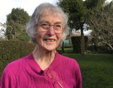 Janet Osborne querría seguir dedicándose a la jardinería si su visión deja de empeorar (FERGUS WALSH)