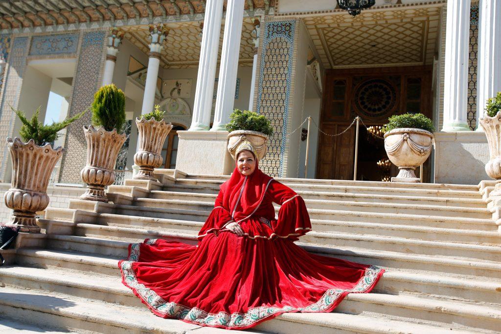 Una mujer iraní que usa un vestido tradicional durante su visita el Jardín Afif-Abad (Jardín Gulshan) en la ciudad de Shiraz (Irán).