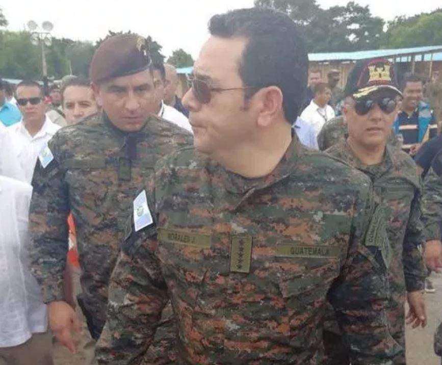 El presidente Jimmy Morales efectúa un recorrido por la finca La Unión, Escuintla, vestido de militar. (Foto Prensa Libre: Hemeroteca PL)