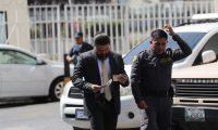Jonathan Harry Chévez fue captado cuando entregó un billete a un guardia de Presidios en Tribunales. (Foto Prensa Libre: Érick Ávila)