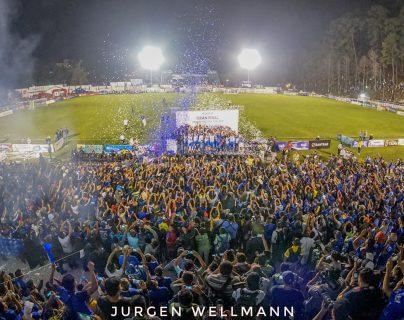 La afición cobanera disfrutó la conquista de su primer Torneo de Copa de los 'príncipes azules'. (Foto Prensa Libre: Jürgen Wellmann)