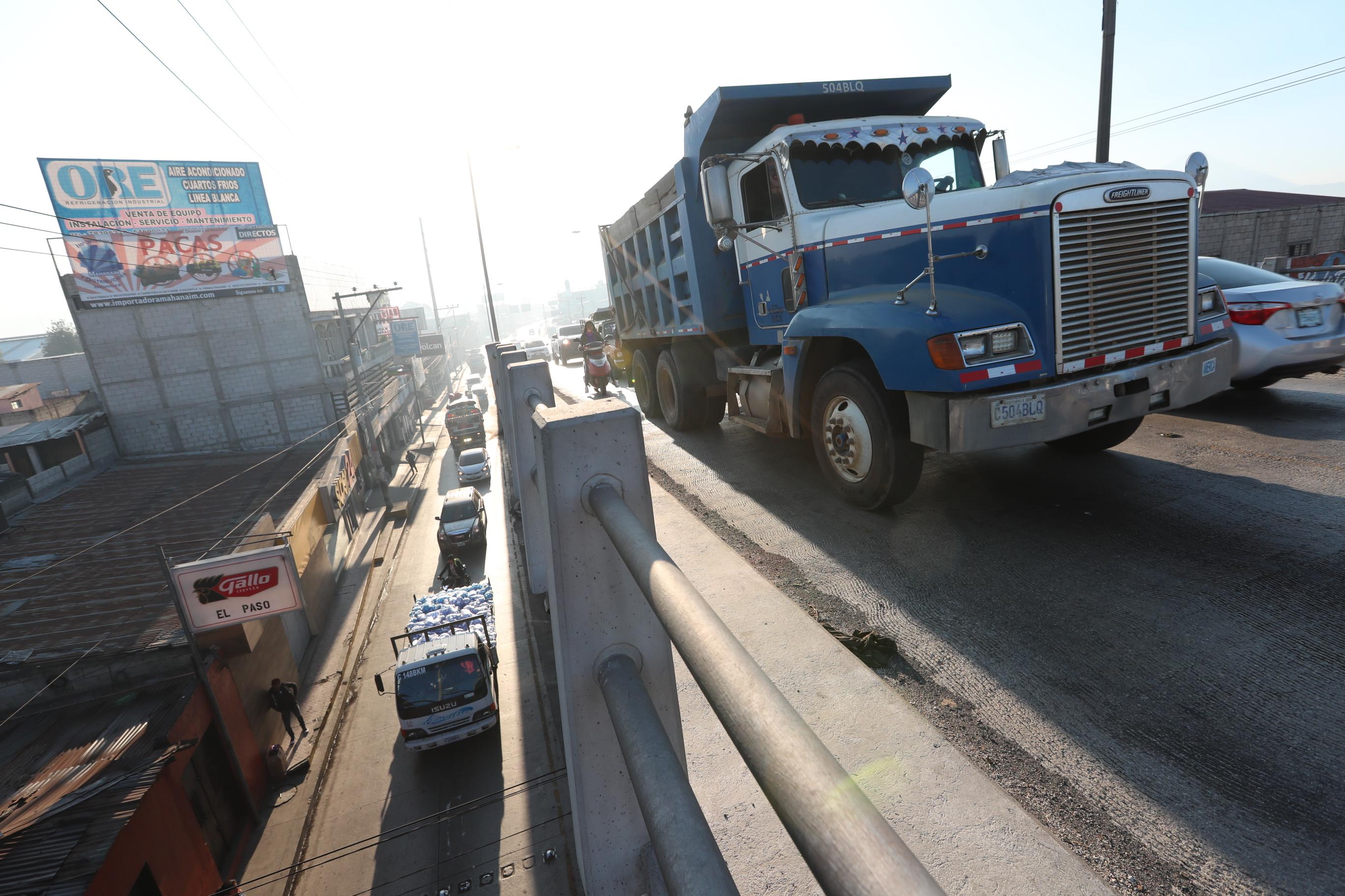 Lagar filas de vehículos se forman en Chimaltenango, donde vecinos y automovilistas exigen la conclusión del Libramiento de Chimaltenango. (Foto Prensa Libre: César Pérez Marroquín)