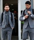 Lionel Messi junto a Luis Suárez antes de viajar a Lyon. (Foto Prensa Libre: @FCBarcelona_es)