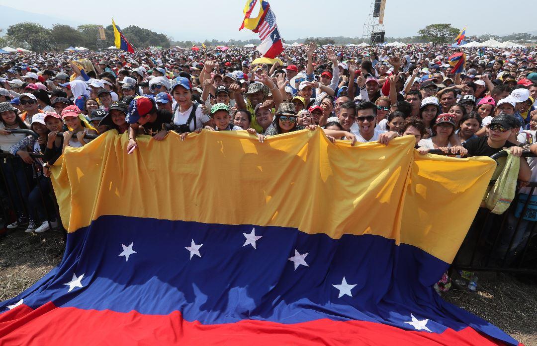 En este evento busca recaudar 100 millones de dólares en 60 días para los más necesitados. Las donaciones se hacen a través de la  página web venezuelaaidlive.com (Foto Prensa Libre: EFE)