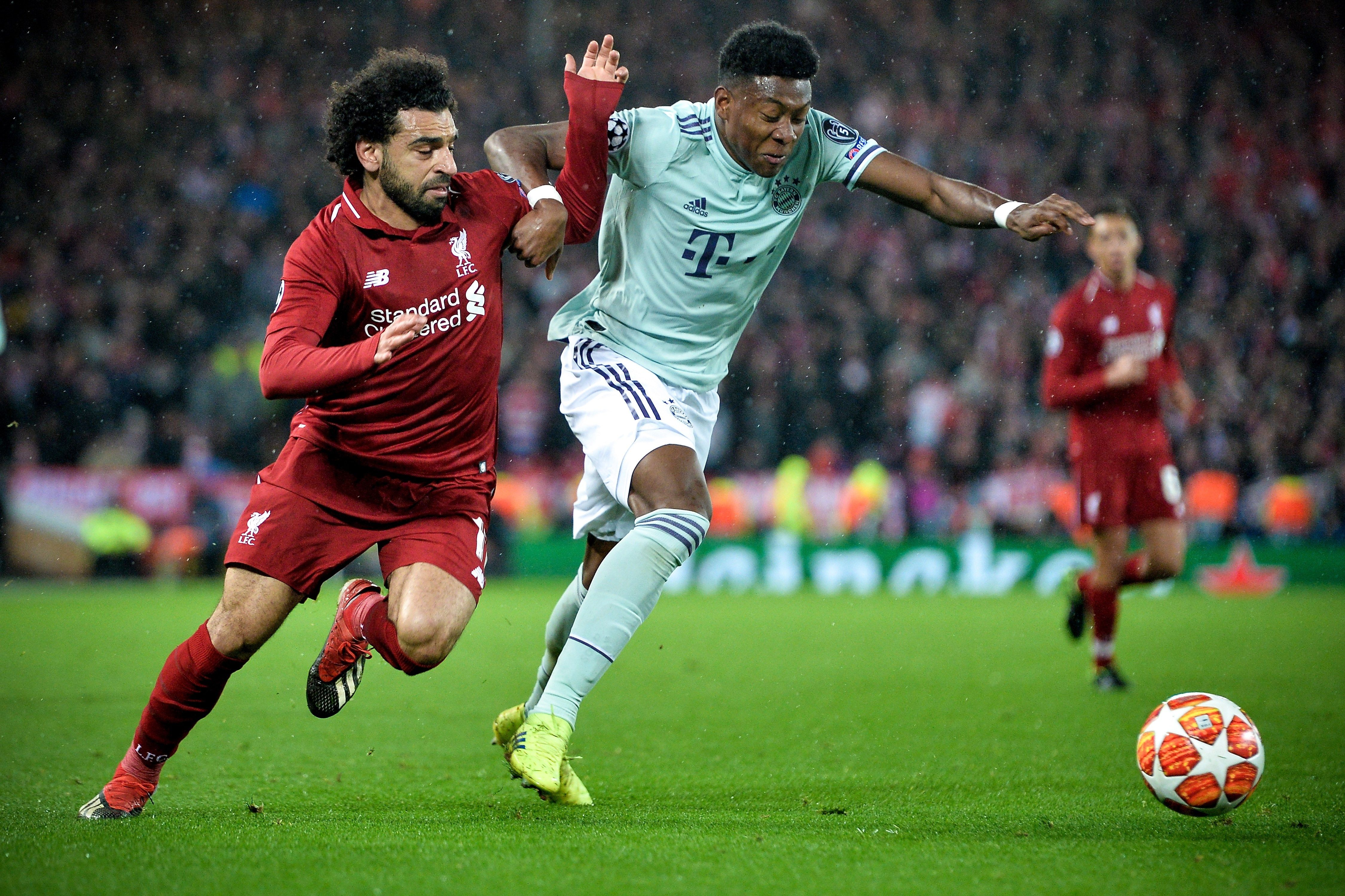 Mohamed Salah y Franck Ribéry, pelean por el balón. (Foto Prensa Libre: EFE)