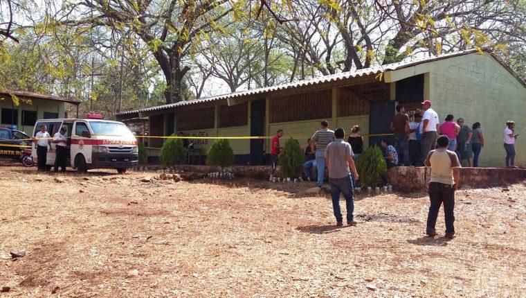 Escuela es acordonada por agentes de la PNC, luego de ataque contra maestro en Chiquimulilla, Santa Rosa. (Foto Prensa Libre: Oswaldo Cardona)