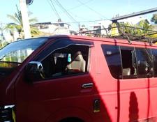 Microbús en el que fue atacada la pasajera en Colomba. (Foto Prensa Libre: Alex Coyoy).