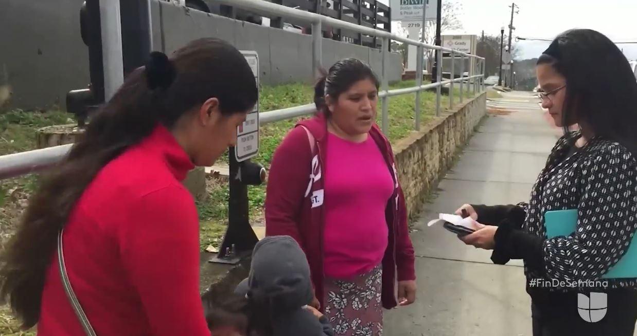 Las migrantes guatemaltecas hablan con al cónsul de Guatemala en Atlanta. (Foto: Univisión)