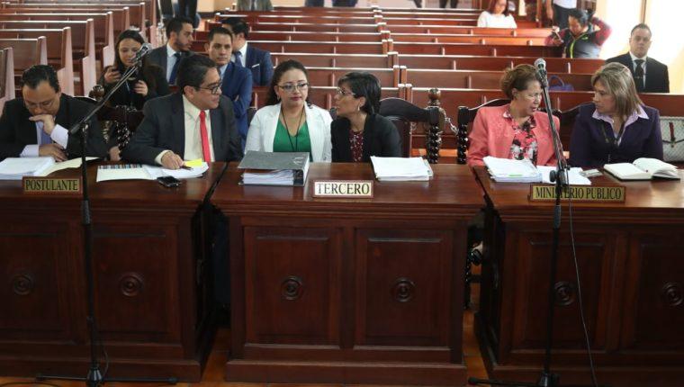 Los amparistas se preparan para argumentar ante los magistrados de la Corte de Constitucionalidad, a la derecha las representantes del MP dialogan. (Foto Prensa Libre: Esbin García)