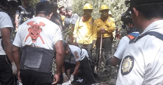 Bomberos y guardarecursos se disponen a trasladar el cadáver de Juan Hermelindo Reanda Chichom. (Foto Prensa Libre: Héctor Cordero).