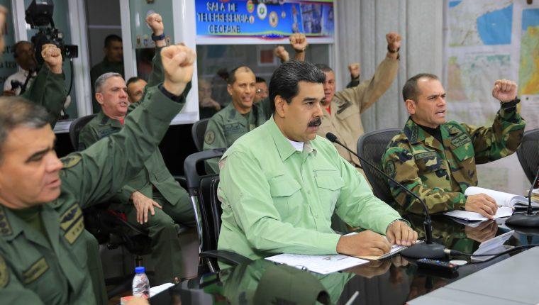Medios denuncian que Nicolás Maduro mantiene retenido a un grupo de periodistas. (Foto Prensa Libre: EFE)