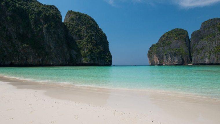 Así luce en soledad la playa de Maya Bay.