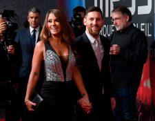 El delantero argentino Lionel Messi y su esposa Antonella Roccuzzo en la presentación del Cirque du Soleil. (Foto Prensa Libre: AFP)