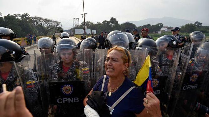 La oposición venezolana intenta que ingrese al país ayuda humanitaria.(Foto Prensa Libre: AFP)