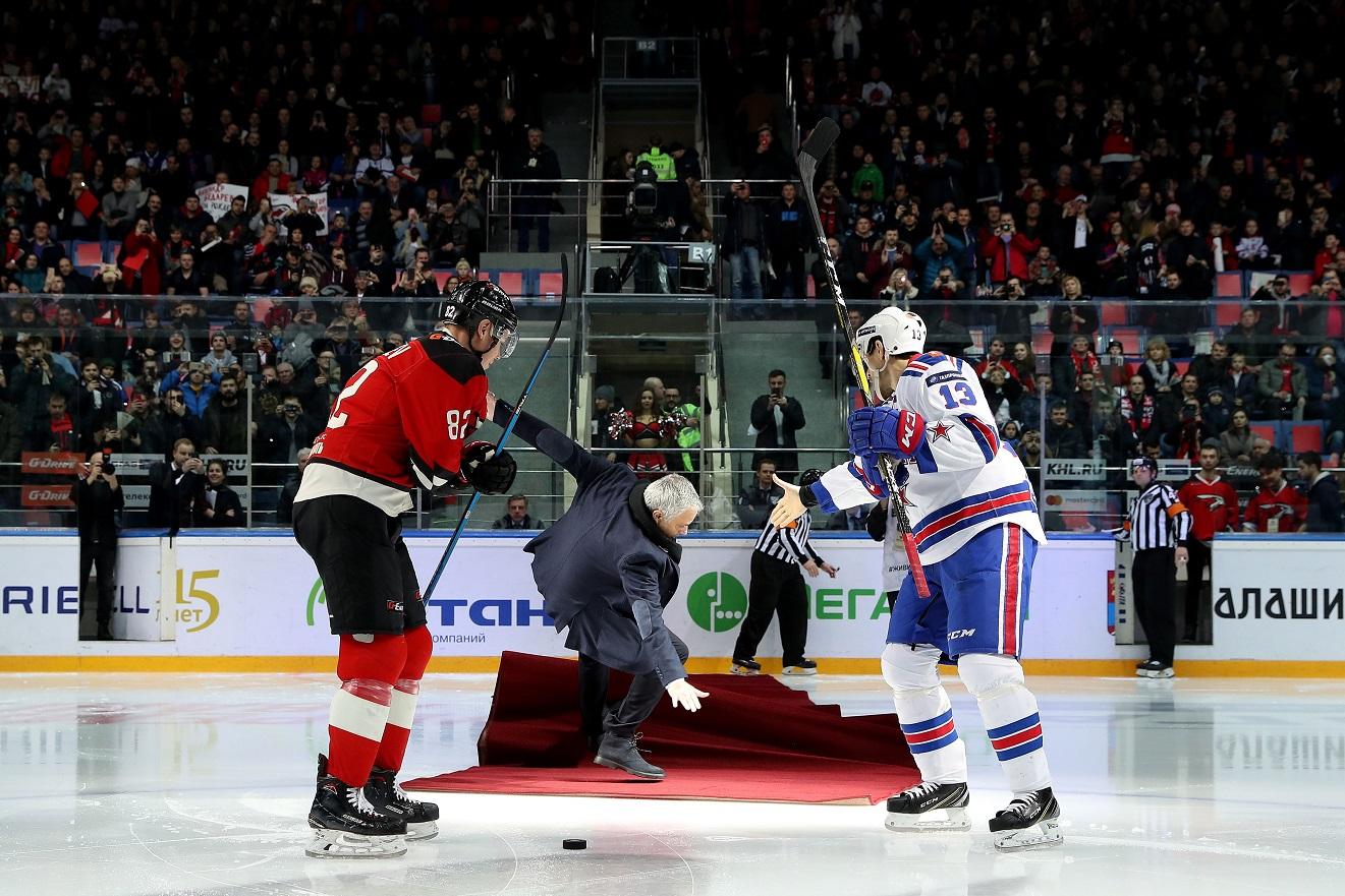 Jose Mourinho sufre una caída en el saque inaugural en un partido de Hockey. (Foto Prensa Libre: AFP)