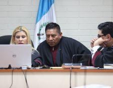 El juez Pablo Xitumul -c-,  presidente del Tribunal de Mayor Riesgo C, (Foto Prensa lLibre: Erick Ávila )
