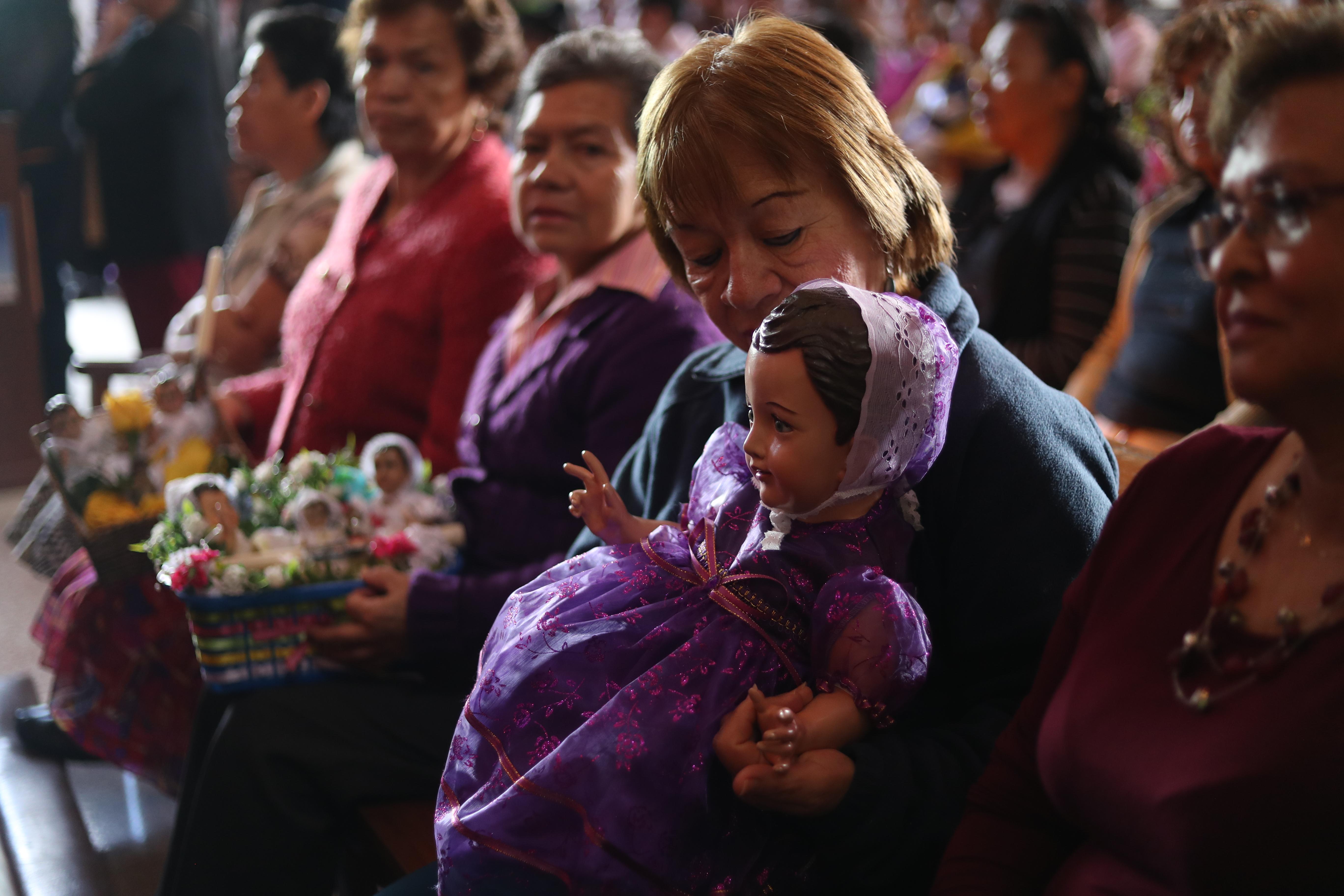 Bendición de las imágenes del Niño Dios en la Iglesia Candelaria, zona 1 capitalina. (Foto Prensa Libre: Esbin García)