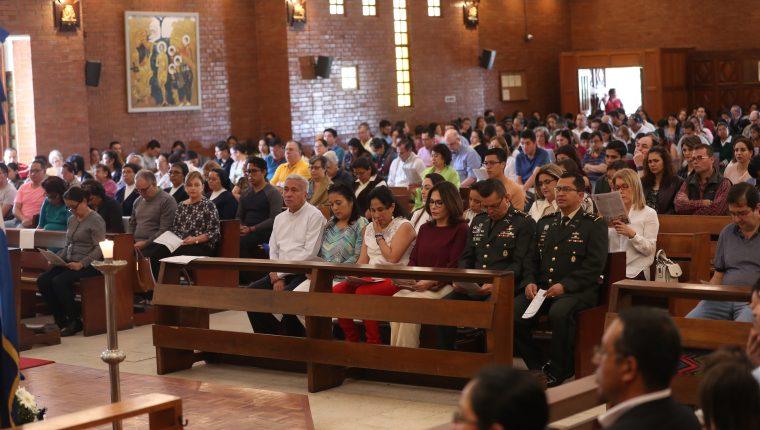 Comunidad hondureña, funcionarios de Honduras y de otros países centroamericanos, durante la misa por los migrantes, en honor de la virgen de Suyapa. (Foto Prensa Libre: Esbin García)