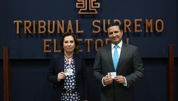 Sandra Torres junto con Carlos Raúl Morales cuando recibieron la credencial como candidatos de la UNE. (Foto Prensa Libre: Hemeroteca PL)