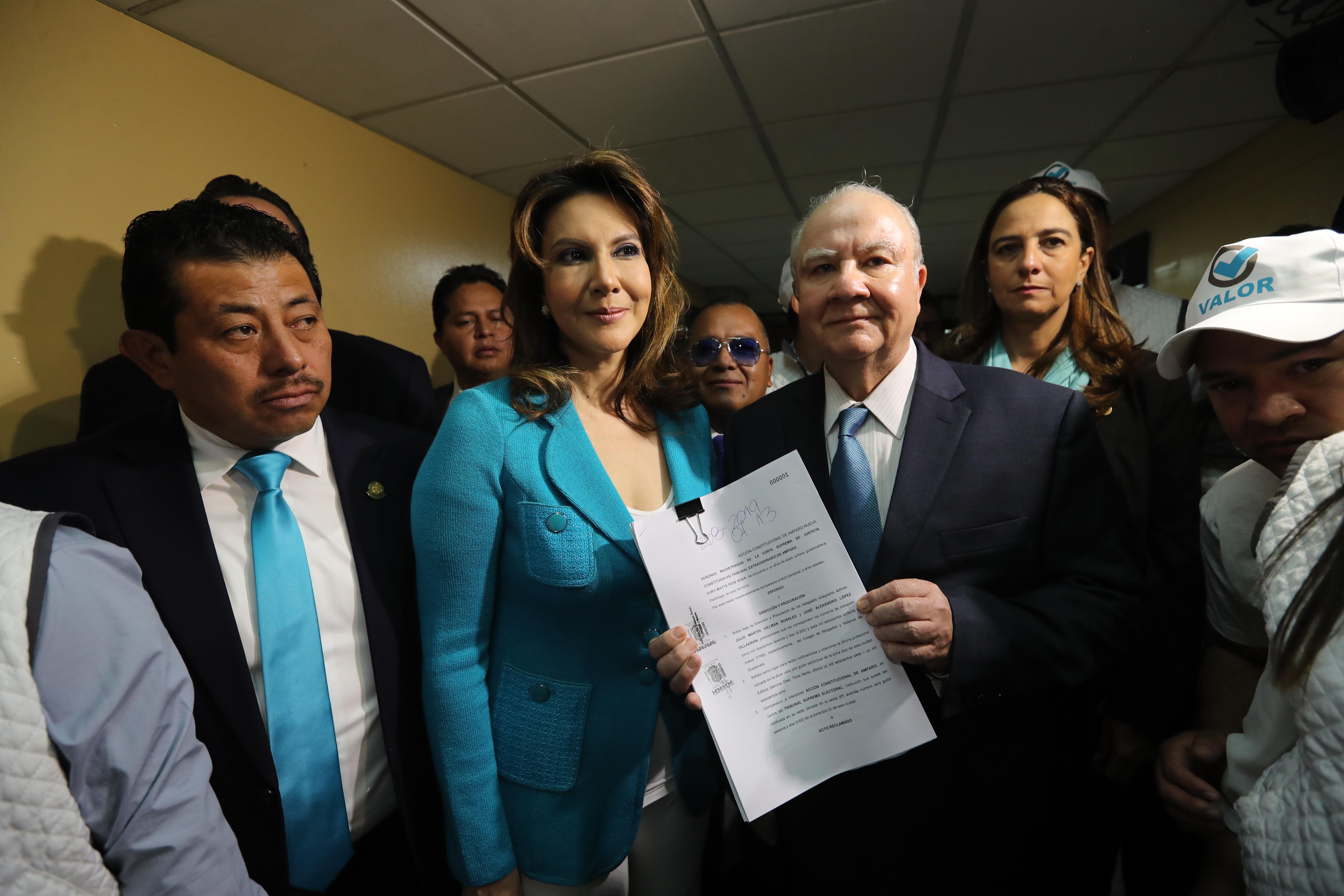 Zury Ríos y Roberto Molina Barreto, binomio presidencial de Valor, acciona en la CSJ para ser inscritos ante el TSE. (Foto Prensa Libre: Érick Ávila)