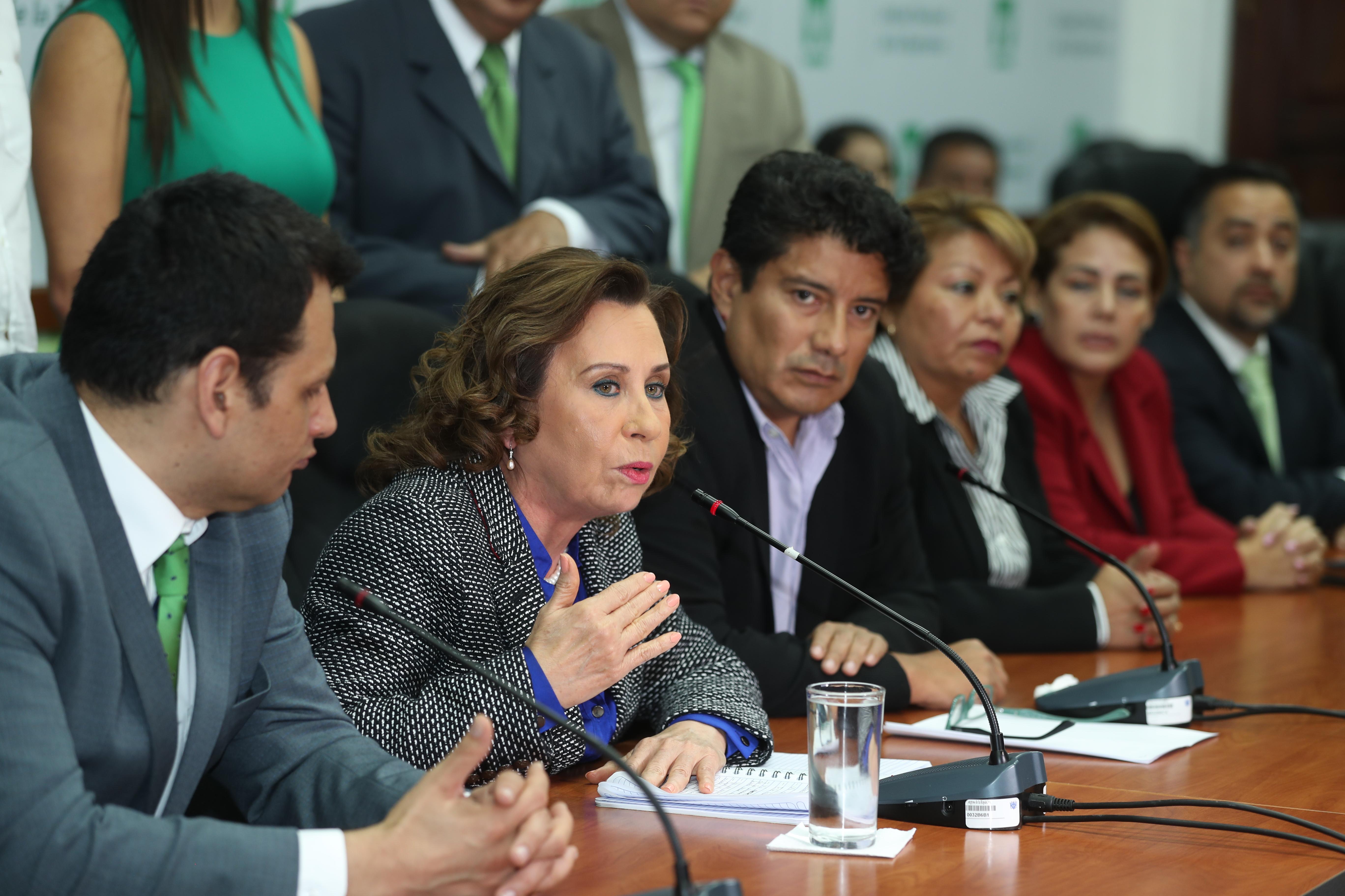 Respaldada por diputados, Sandra Torres acusa a Thelma Aldana de orquestar el caso en su contra. (Foto Prensa Libre: Esbin García)