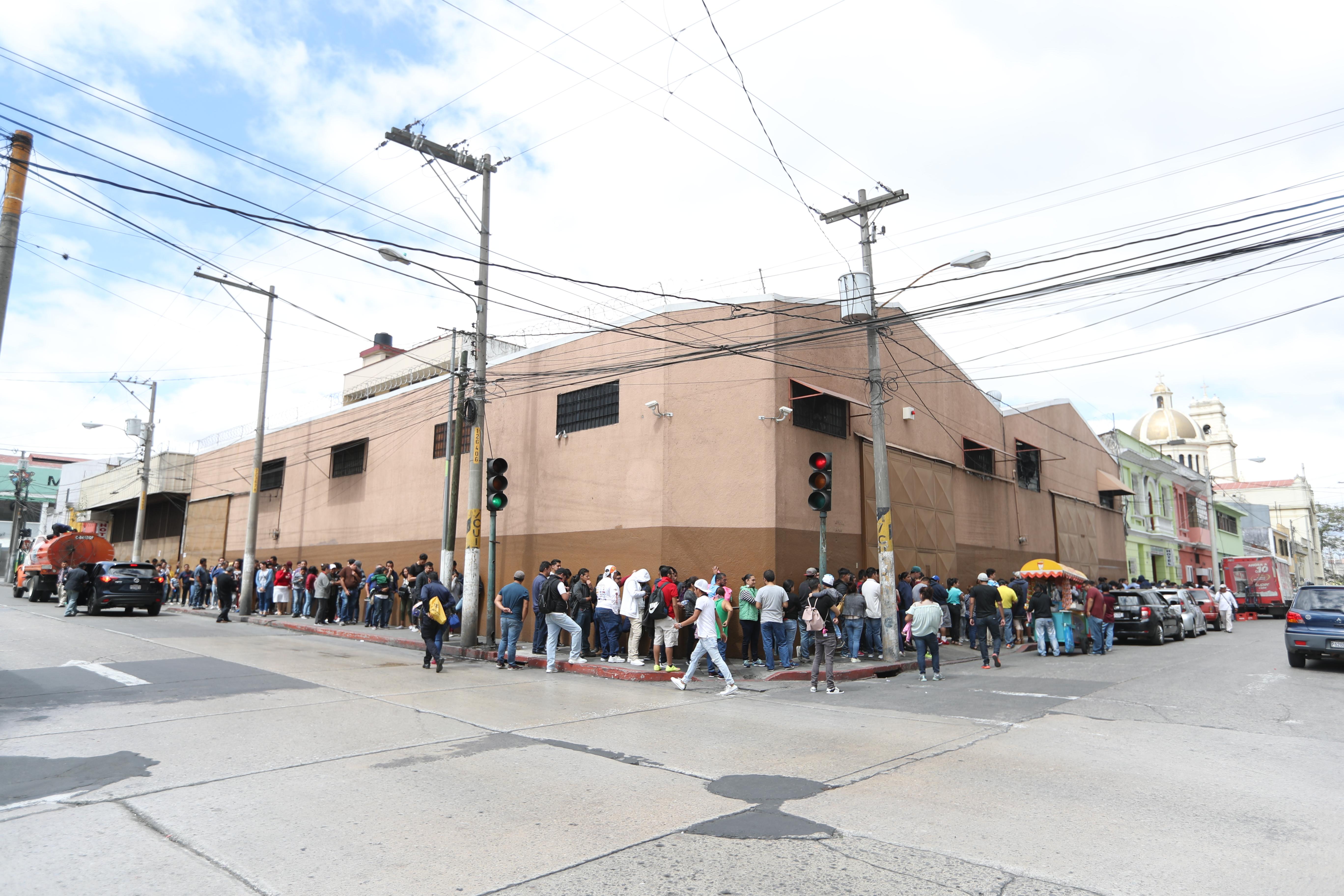 Las filas salían de la iglesia  y cruzaban sobre la 6ta. avenida A hasta la 19 calle, zona 1.