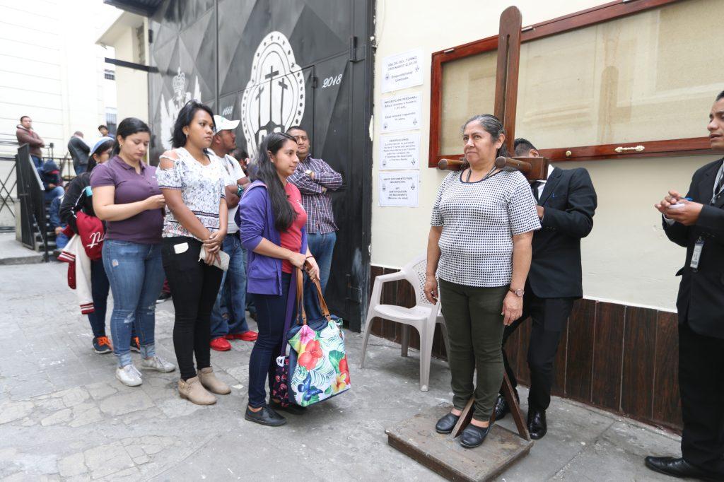 Las damas también se inscribieron para llevar en hombros a la Reina de la Paz del Viernes Santo.