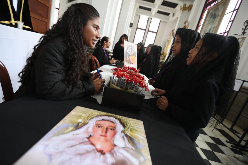 Este año el Padre Manuel Chilin ha retomado la tradición de que sean las niñas quienes lleven los estandartes de los Siete Dolores de la Virgen María el Viernes Santo.