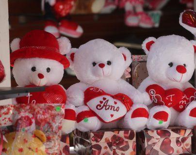 Ventas de adornos en la 6 avenida de la zona 1 donde en la celebraci—n del D'a de San Valent'n que es una celebraci—n  en la que las parejas de enamorados expresan su amor .   Erick Avila                  14/02/2019