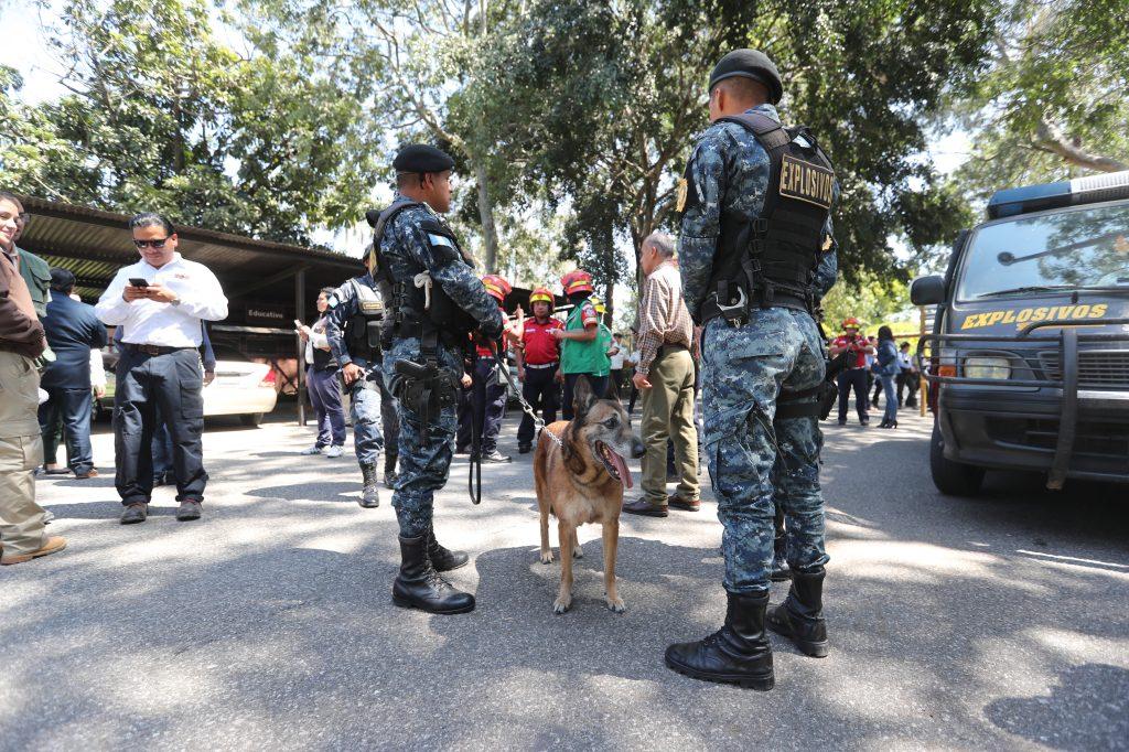 Agentes de antiexplosivos llegan al Zoológico la Aurora por amenaza de Bomba. Foto Prensa Libre: Erick Avila