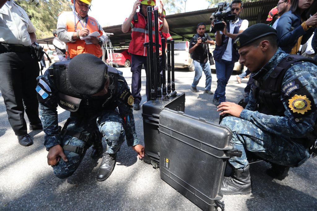 Bloqueador de se–ñales es utilizado en el zool—ógico la Aurora por amenaza de bomba. Foto Prensa Libre: Erick Avila.