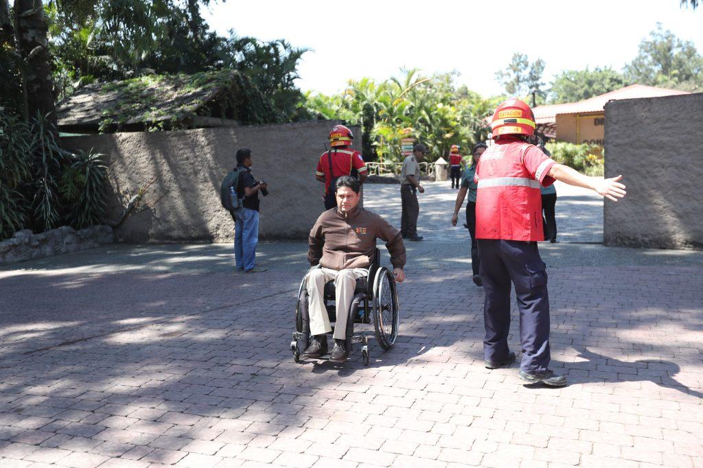 Empleados del Zool—ógico la Aurora  son evacuados por amenaza de bomba. Foto Prensa Libre: Erick Avila