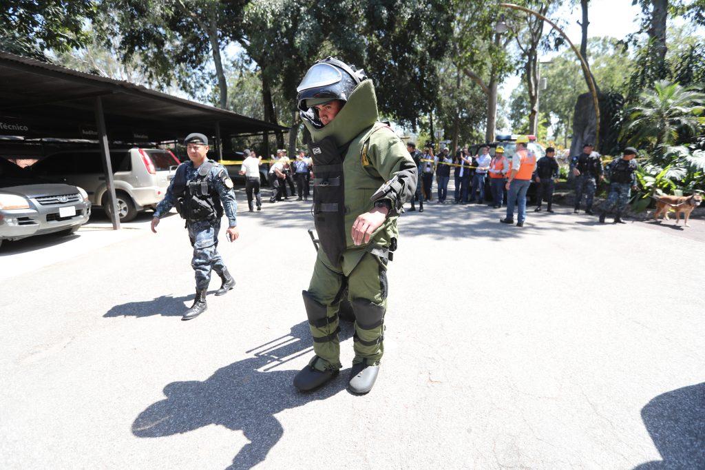 Un agente antiexplosivos cuentan con herramientas tecnol—ógicas que le ayudaran a llevar acabo su labor. Foto Prensa Libre: Erick Avila