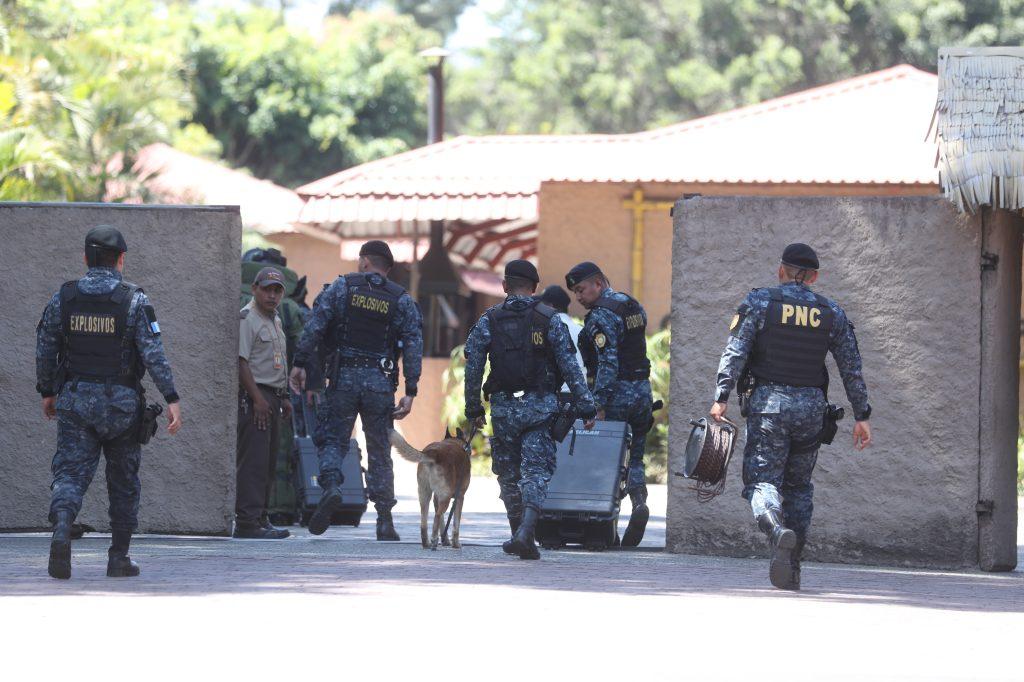 Agentes antiexplosivos al momento de ingresar al Zool—ógico la Aurora para la desactivaci—ón de explosivos es la misi—ón de la DIDAE. Foto Prensa Libre: Erick Avila