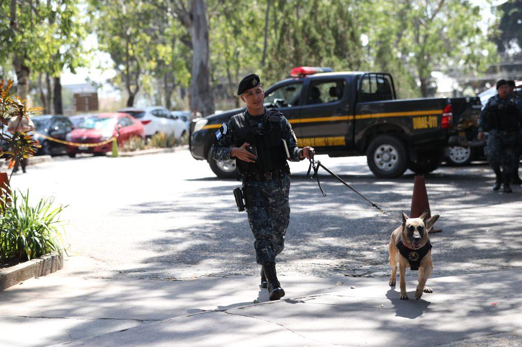 Luego de dos horas de verificaci—ón, fuerzas de seguridad confirman que no hay ningœun explosivo en el Zool—ógico La Aurora. Foto Prensa Libre: Erick Avila