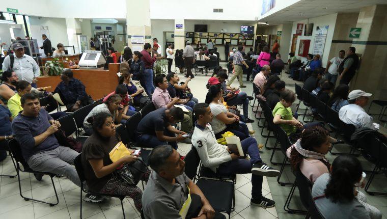 Varias personas hacen fila para realizar el tramite de finiquito en la Controlaría General de Cuentas. (Foto Prensa Libre: Esbin García)