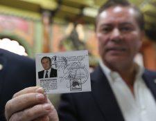 Mario Estrada muestra la credencial que lo acreditaba, el 15 de febrero de 2019, como candidato a la Presidencia de Guatemala. Dos meses después fue arrestado en Estados Unidos. (Hemeroteca PL)