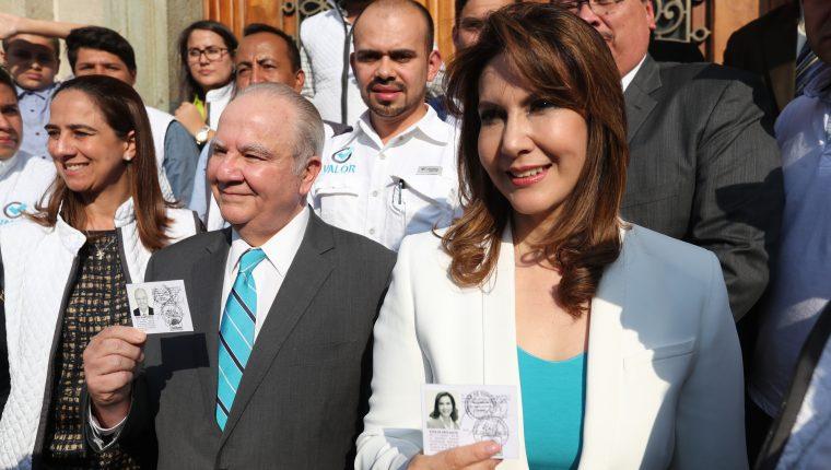 Roberto Molina Barreto y Zury Ríos Sosa,al momento de llegar al Tribunal Supremo Electoral donde les entregaron sus credenciales de candidatos presidenciales del partido Valor. (Foto Prensa Libre: Hemeroteca PL).