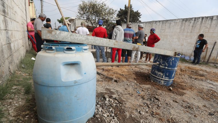 Cansados de tanta violencia un grupo de vecinos de Villa Nueva demandan seguridad.